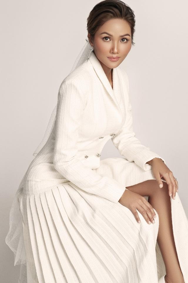 Diện váy cưới xuyên thấu, cô dâu HHen Niê vẫn rất thanh lịch - Ảnh 12.