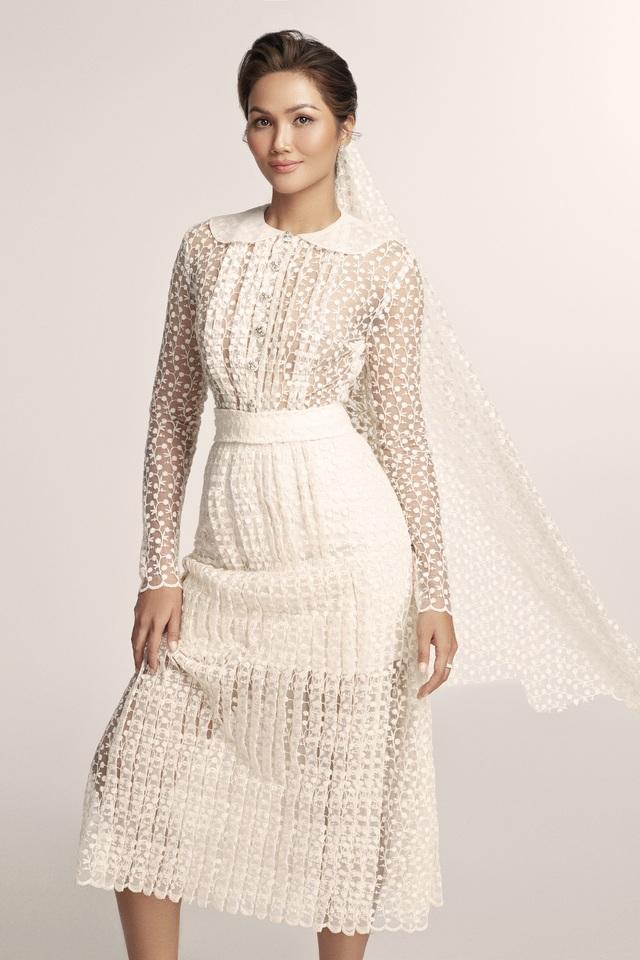 Diện váy cưới xuyên thấu, cô dâu HHen Niê vẫn rất thanh lịch - Ảnh 2.