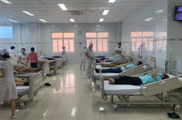 Hàng chục công nhân nhập viện nghi ngộ độc thực phẩm - Ảnh 2.