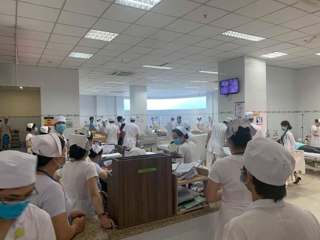 Hàng chục công nhân nhập viện nghi ngộ độc thực phẩm - Ảnh 1.