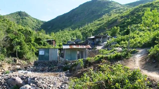 Bất chấp hiểm nguy, người dân vẫn dựng nhà ở lưng chừng núi, trong lòng suối - Ảnh 1.