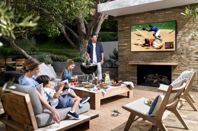 TV QLED ngoài trời đầu tiên trên thế giới ra mắt tại thị trường Việt Nam - Ảnh 1.