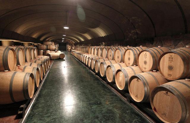 Rượu vang Mỹ vỡ trận vì COVID-19 và cháy rừng - Ảnh 1.