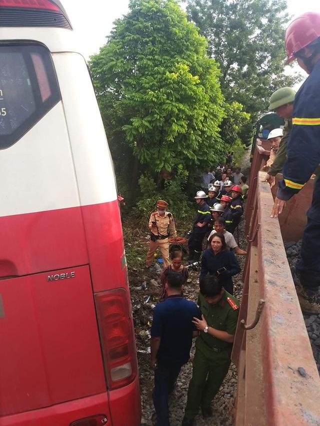 Tàu hỏa đâm ngang xe đưa đón học sinh, 2 em nhỏ cấp cứu - Ảnh 1.