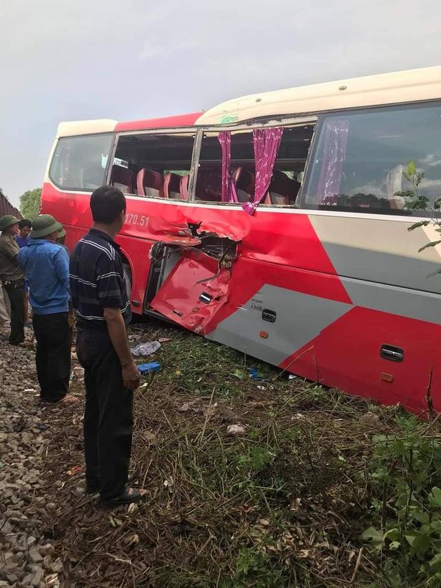 Tàu hỏa đâm ngang xe đưa đón học sinh, 2 em nhỏ cấp cứu - Ảnh 3.