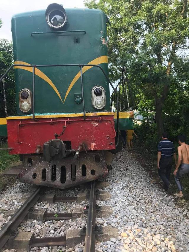 Tàu hỏa đâm ngang xe đưa đón học sinh, 2 em nhỏ cấp cứu - Ảnh 2.