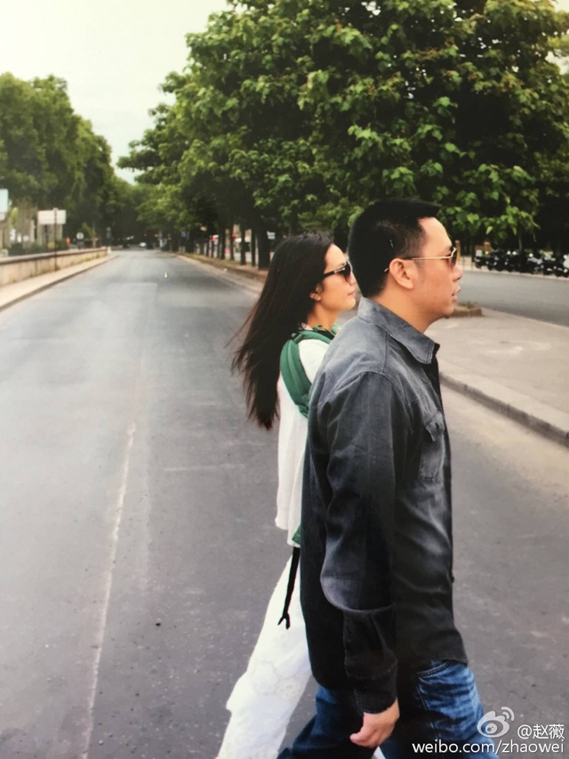 Đi mua sắm với trai trẻ, Triệu Vy lại thổi bùng nghi vẫn ly hôn - Ảnh 2.