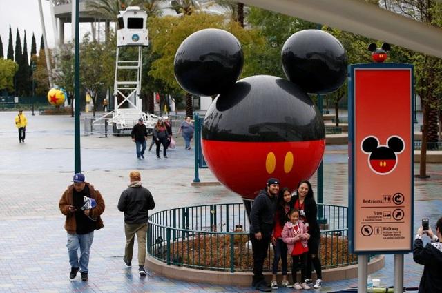 Disney cắt giảm 28.000 nhân sự vì đại dịch COVID-19 - Ảnh 1.