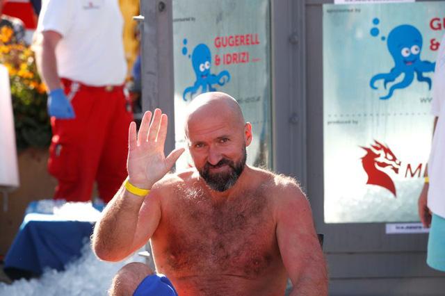 Ngâm mình trong hộp đá lạnh hơn 2 tiếng 30 phút, người đàn ông Áo phá kỷ lục thế giới - ảnh 3