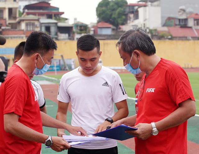 2 trợ lý trọng tài không vượt qua được bài kiểm tra thể lực trong đợt tập huấn giữa mùa giải - Ảnh 3.