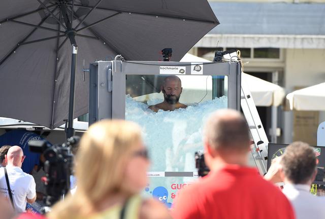Ngâm mình trong hộp đá lạnh hơn 2 tiếng 30 phút, người đàn ông Áo phá kỷ lục thế giới - ảnh 1