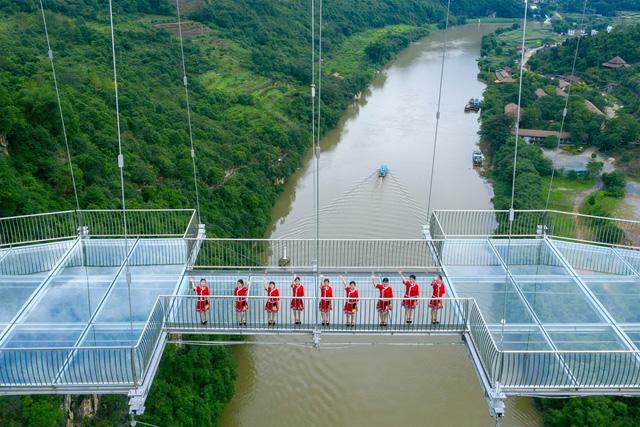 Ra mắt cây cầu thủy tinh phá kỷ lục thế giới mới - Ảnh 2.