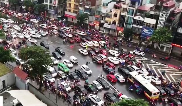 Nhiều tuyến đường ở Hà Nội tê liệt ngày đầu học sinh đi học trở lại - Ảnh 1.