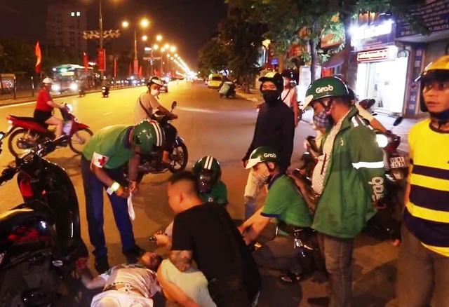 Đội cứu hộ ban ngày chạy xe ôm, tối rong ruổi cứu người gặp nạn - Ảnh 1.