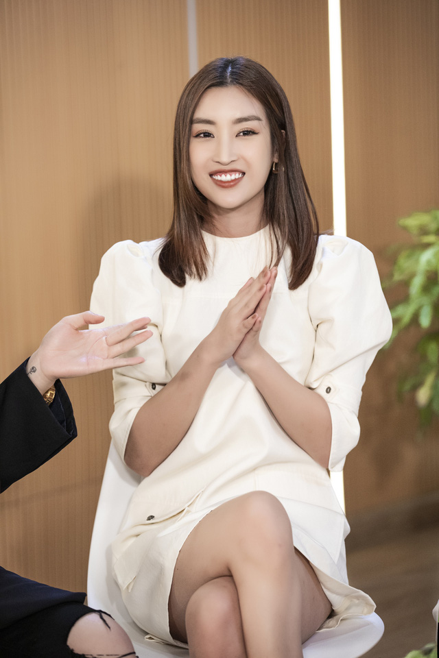 Hoa hậu Tiểu Vy khoe giọng với hit Em không sai, chúng ta sai của Erik - Ảnh 3.