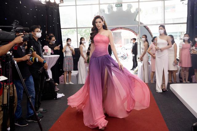 """Hoa hậu Khánh Vân xuất hiện rạng rỡ với vương miện """"trái tim dũng cảm"""" - Ảnh 8."""