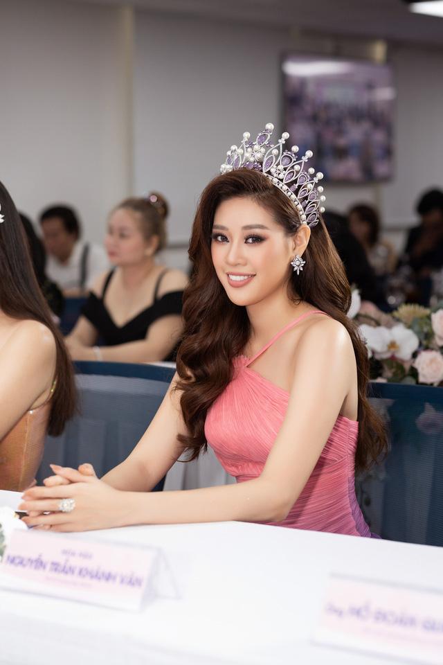 """Hoa hậu Khánh Vân xuất hiện rạng rỡ với vương miện """"trái tim dũng cảm"""" - Ảnh 5."""