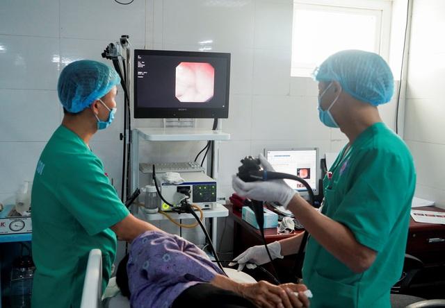 Đi khám vì đau bụng, cụ ông phát hiện tăm dài 5cm đâm vào tá tràng - Ảnh 1.