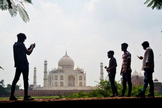 Taj Mahal mở cửa bất chấp số ca nhiễm COVID-19 tăng mạnh - Ảnh 1.