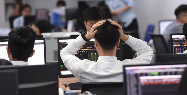 """Các  nhà đầu tư thận trọng, thị trường chứng khoán trong nước """"nhuộm sắc đỏ"""" - Ảnh 1."""