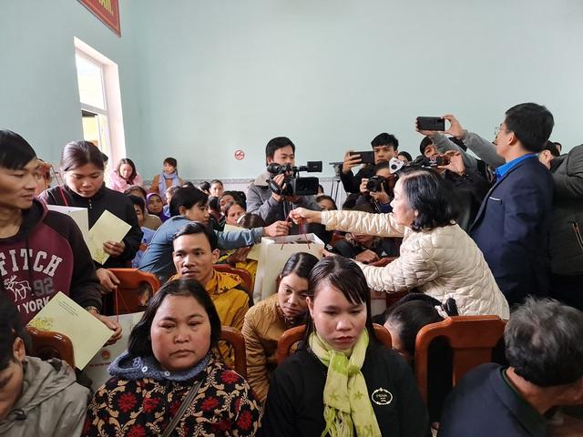 Trưởng Ban Dân vận Trung ương thăm, tặng quà nhân dân Trà Leng - Ảnh 1.