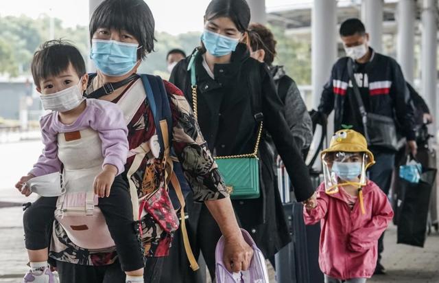 Người dân Hong Kong (Trung Quốc) về đại lục đón Tết sớm vì COVID-19 - Ảnh 1.