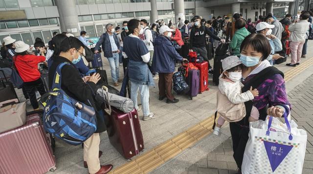 Người dân Hong Kong (Trung Quốc) về đại lục đón Tết sớm vì COVID-19 - Ảnh 2.