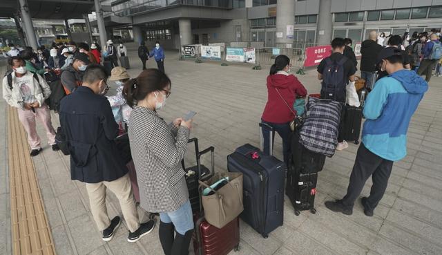 Người dân Hong Kong (Trung Quốc) về đại lục đón Tết sớm vì COVID-19 - Ảnh 3.