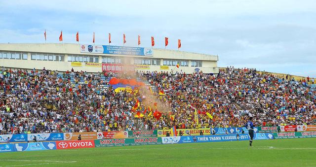 CLB Nam Định tăng giá vé trên sân Thiên Trường - Ảnh 1.