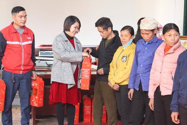Tặng quà Tết cho 100 phụ nữ có hoàn cảnh khó khăn tại Lạng Sơn - Ảnh 1.