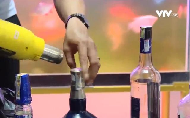 Cận cảnh quy trình chế biến rượu ngoại giả tại Bà Rịa – Vũng Tàu - Ảnh 1.