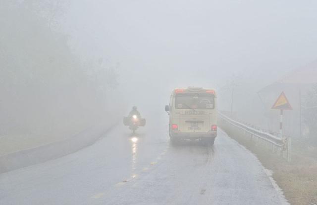 Sương mù dày đặc, che khuất tầm nhìn trên Quốc lộ 6 - Ảnh 5.