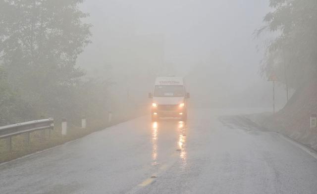 Sương mù dày đặc, che khuất tầm nhìn trên Quốc lộ 6 - Ảnh 4.