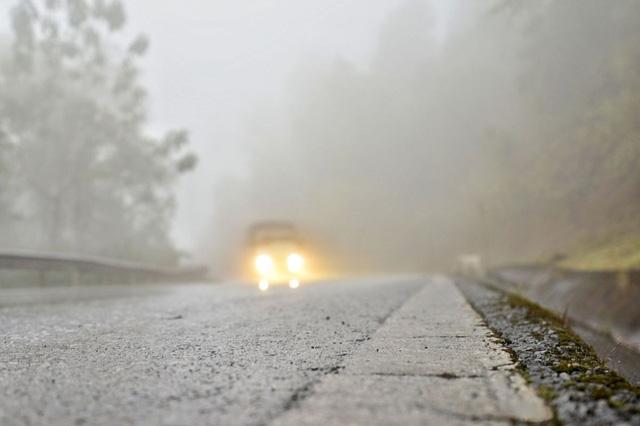 Sương mù dày đặc, che khuất tầm nhìn trên Quốc lộ 6 - Ảnh 3.