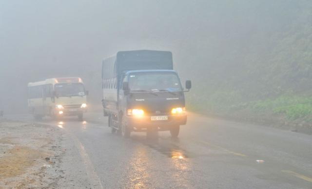 Sương mù dày đặc, che khuất tầm nhìn trên Quốc lộ 6 - Ảnh 2.