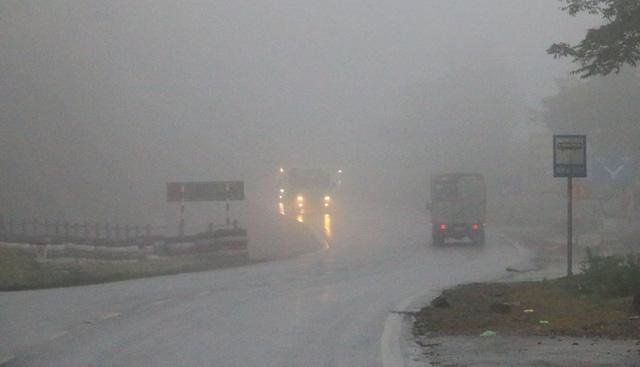Sương mù dày đặc, che khuất tầm nhìn trên Quốc lộ 6 - Ảnh 1.