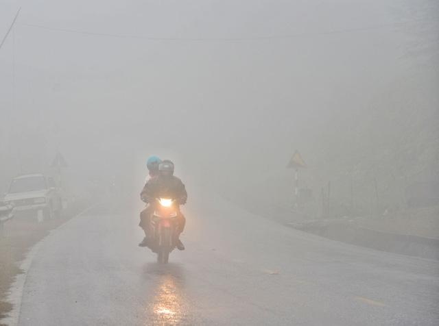Sương mù dày đặc, che khuất tầm nhìn trên Quốc lộ 6 - Ảnh 6.