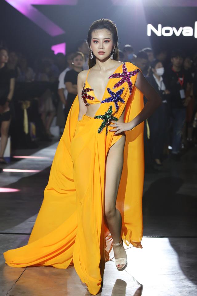 Khán giả mãn nhãn với bộ sưu tập thời trang lấy cảm hứng từ NovaWorld Phan Thiet của Lý Giám Tiền - Ảnh 2.