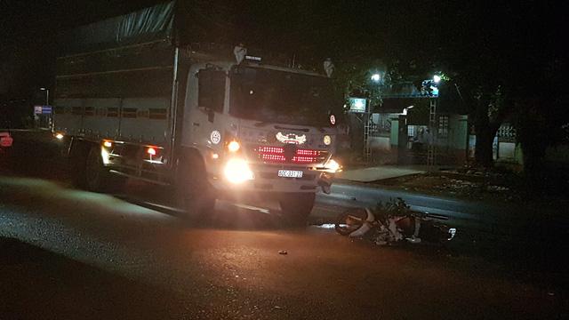 Xe máy đi ngược chiều tông trực diện xe tải, một người tử vong - Ảnh 1.
