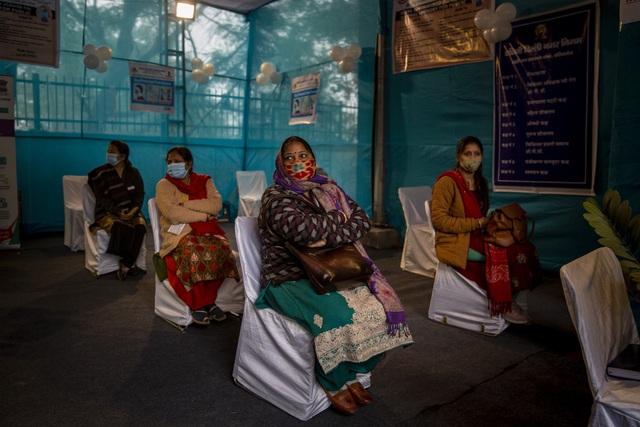 Ấn Độ bắt đầu chiến dịch tiêm chủng vaccine COVID-19 lớn nhất thế giới - Ảnh 1.
