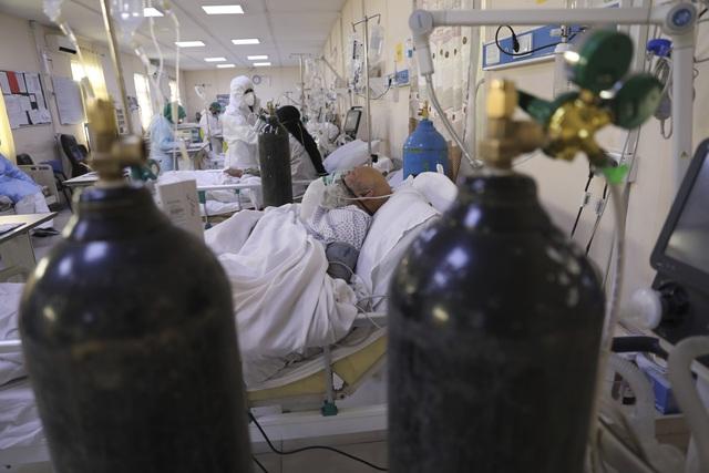 Hệ thống y tế Nhật Bản trước nguy cơ quá tải,  không thể tiếp nhận điều trị các ca nhiễm mới - Ảnh 2.