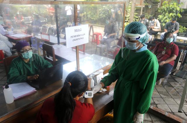 Indonesia ưu tiên tiêm vaccine COVID-19 cho người có tầm ảnh hưởng - Ảnh 2.