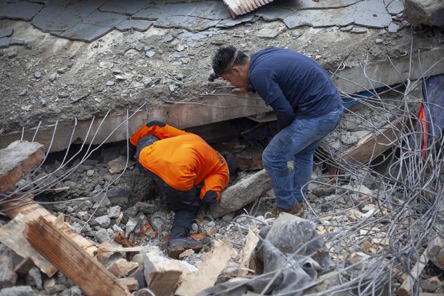 Số nạn nhân thiệt mạng do động đất tại Sulawesi tăng lên 42 người,Indonesia ra cảnh báo sóng thần - Ảnh 1.
