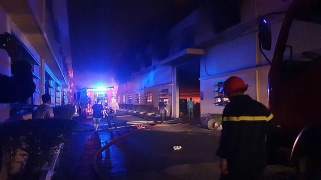 Cháy lớn công ty sản xuất giày da - Ảnh 1.