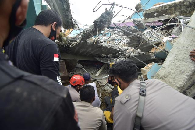Động đất ở Indonesia: 73 người thiệt mạng, mưa lớn cản trở công tác tìm kiếm cứu nạn - Ảnh 2.
