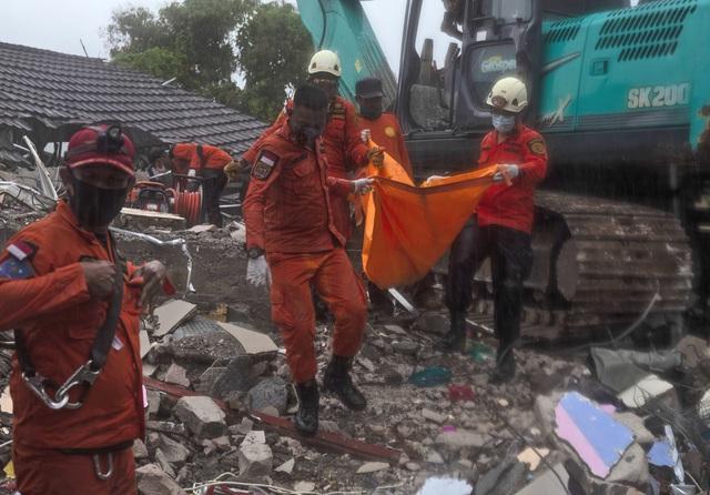 Động đất ở Indonesia: 73 người thiệt mạng, mưa lớn cản trở công tác tìm kiếm cứu nạn - Ảnh 1.