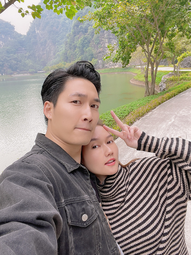 Đình Tú tình cảm ôm chặt bạn gái Hương Giang - Ảnh 2.