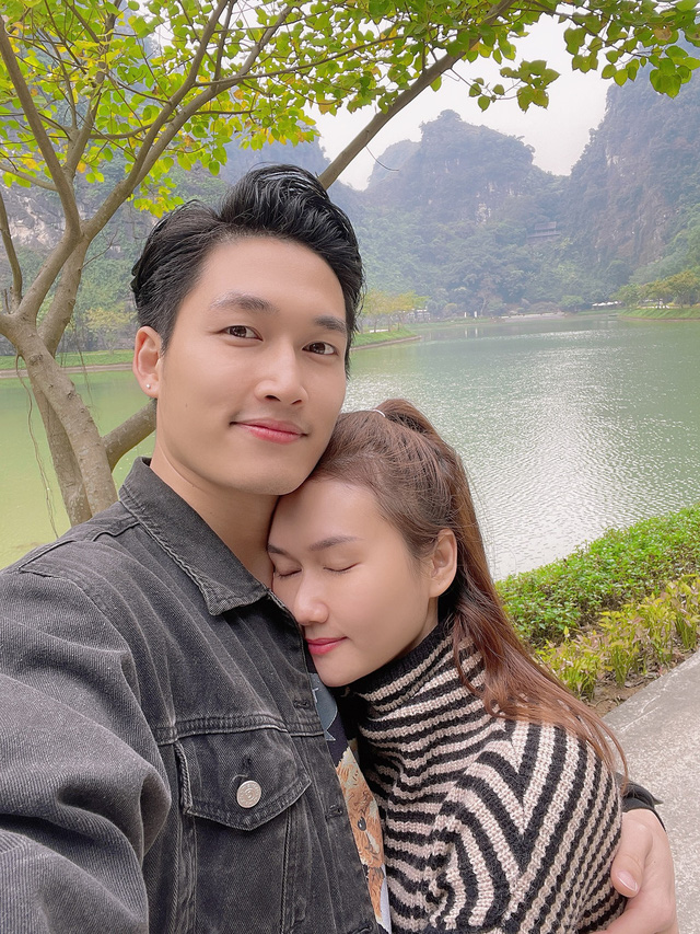 Đình Tú tình cảm ôm chặt bạn gái Hương Giang - Ảnh 4.