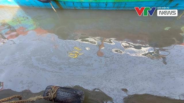 Chìm tàu chở dầu tại cảng cá Quỳnh Phương, Nghệ An - Ảnh 2.