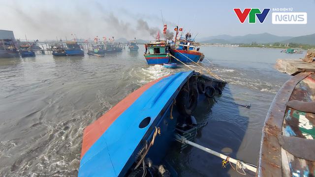 Chìm tàu chở dầu tại cảng cá Quỳnh Phương, Nghệ An - Ảnh 1.